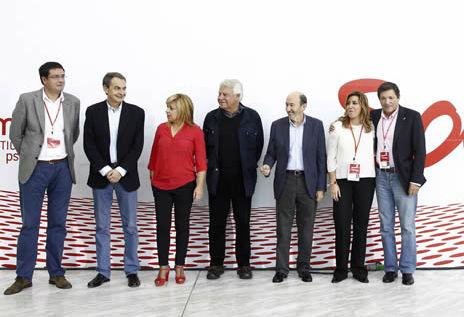 بعض المشاركين في الندوة ويظهر سبتيرو الثاني على اليسار وغونثالث الرابع على يسار وعلى يمينه الأمين العام للحزب حاليا ألفريدو روبالكابا