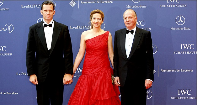 الأميرة كريستينا وعلى يمينها الملك خوان كارلوس ويسارها زوجها إنياكي أوندنغرين