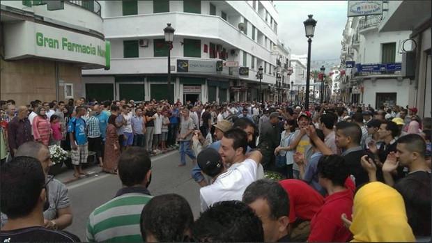 صورة للتظاهرة مساء اليوم الجمعة ضد العفو الملكي على مغتصب الأطفال