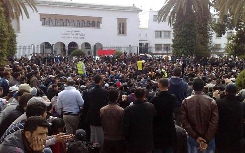 صورة للمحتجين أمام وزارة التربية والتعليم في الرباط