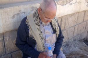 الأب خلال تواجده في اليمن