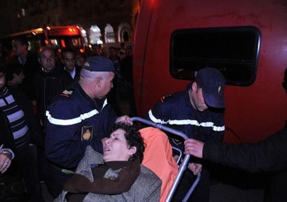 خديجة الرياضي خلال نقلها الى المستعجلات في الرباط خلال فبراير 2011 عندما تعرض لاعتداء من قوات الأمن